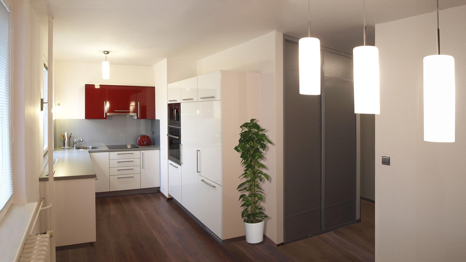 Celková rekonstrukce bytu se změnou dispozice v Praze v Modřanech o velikosti 3 + 1. Kuchyňská linka zhotovená na míru dle architektonického návrhu ve tvaru U. Pracovní plocha umístěna pod