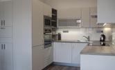 Kuchyňská linka zhotovená na míru dle architektonického návrhu. Materiál nezanechává otisky prstů, veškeré výjezdy s dojezdem, maximální využití plochy vymezené pro kuchyň. Doba realizace 7 týdnů.